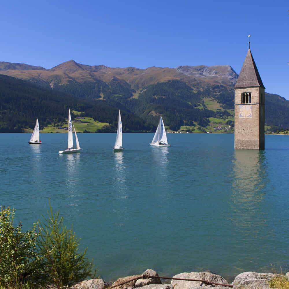 Der Kirchturm von Graun im Reschensee