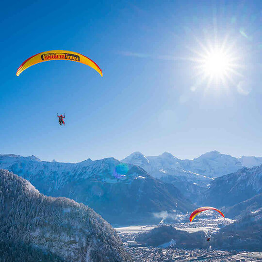 Vorschaubild zu Winterlicher Tandemflug mit dem Gleitschirm – Interlaken