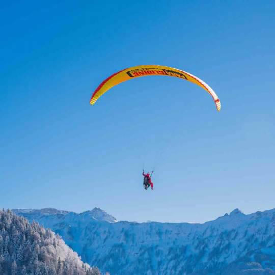 Winterlicher Tandemflug mit dem Gleitschirm – Interlaken 10