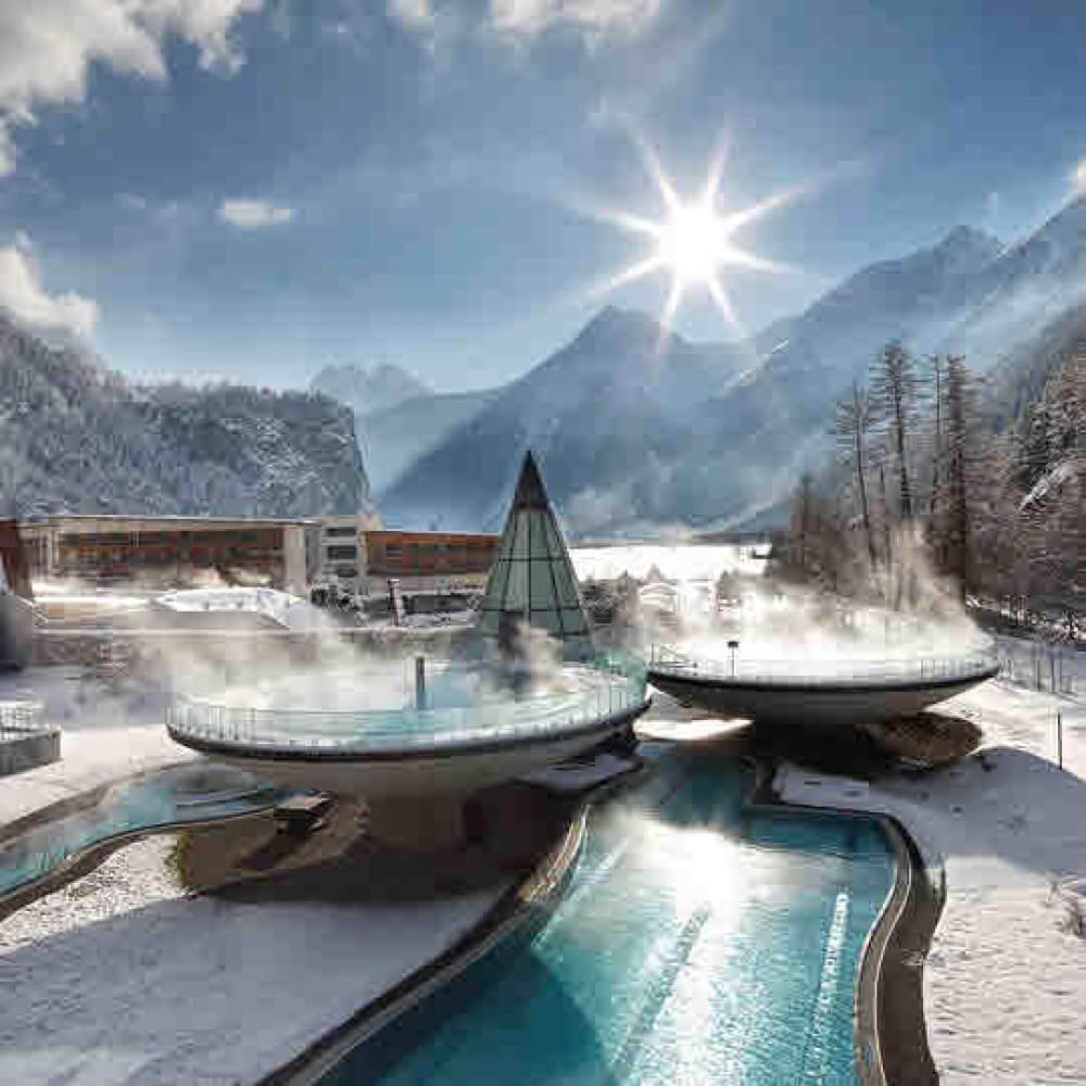 AQUA DOME - Tirol Therme Längenfeld: Alpenwellness vor imposanter Bergkulisse